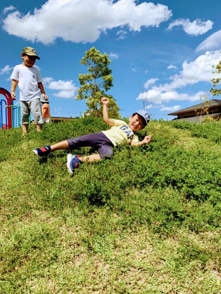 公園で楽しむ子どもたち